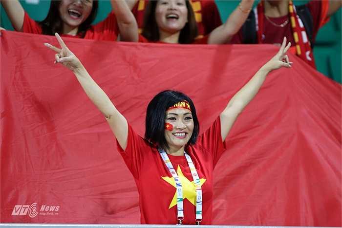 Đồng hành cùng đoàn thể thao Việt Nam còn có nữ ca sĩ Phương Thanh.