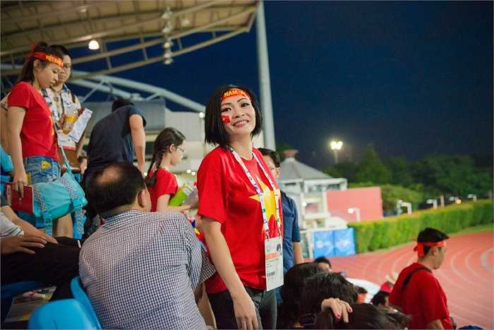 Ca sĩ Phương Thanh mới đây đã tới sân Bishan cổ vũ U23 Việt Nam.