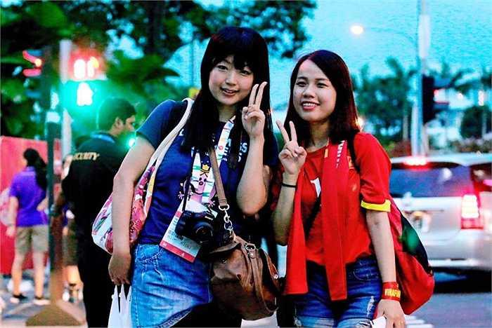 Nữ phóng viên Megumi (trái) hiện đang tác nghiệp tại Singapore và cô luôn đồng hành cùng U23 Việt Nam.