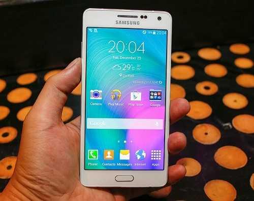 Samsung Galaxy A5 (giảm 1 triệu đồng)    Galaxy A5 sử dụng màn hình 5 inch độ phân giải HD. Sản phẩm được trang bị vi xử lý Snapdragon 410 lõi tứ tốc độ 1,2 GHz, chip đồ họa Adreno 406, RAM 2 GB và bộ nhớ trong 16 GB, có thể mở rộng bằng thẻ nhớ. Bên cạnh camera chính độ phân giải 12 megapixel hỗ trợ quay phim chuẩn Full HD, camera phụ của Galaxy A5 cũng có độ phân giải lên đến 5 megapixel. Máy chạy Android 4.4 và có pin dung lượng 2.300 mAh. Camera chính của R5 đạt mức 13 megapixel còn camera p