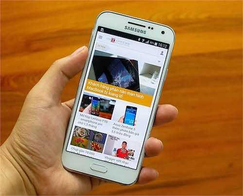 Samsung Galaxy E5 (giảm 500.000 đồng)    Sau khi tung ra 'đàn em' Galaxy E7, Galaxy E5 giảm giá từ 5,5 triệu đồng xuống còn 5 triệu đồng.     Galaxy E5 có màn hình Super Amoled 5 inch độ phân giải chuẩn HD, chip lõi tứ tốc độ 1,2 GHz, RAM 1,5 GB, bộ nhớ trong 16 GB, khe cắm thẻ mở rộng microSD, pin dung lượng 2.400 mAh. Camera sau 8 megapixel và phía trước là 5 megapixel. Sản phẩm chạy Android 4.4 và có pin dung lượng 2400 mAh.