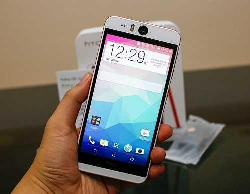 HTC Desire Eye (1,1 triệu đồng)    HTC Desire Eye từ 10 triệu đồng xuống còn 8,9 triệu đồng.    Smartphone chuyên chụp hình tự sướng HTC Desire Eye thu hút sự chú ý khi 2 camera trước và sau có cùng độ phân giải 13 megapixel, tự động lấy nét, đèn flash LED kép, quay video 1080p với tốc độ 30 khung hình mỗi giây và microphone. Camera phía sau có ống kính 28 mm f/2.0 còn camera trước có ống kính rộng hơn là 20 mm nhưng khẩu độ nhỏ hơn là f/2.2.