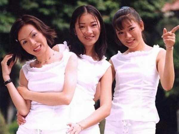 Ba chị em của nhóm Tam Ca Áo Trắng một thời làm khuynh đảo Vpop. Nhưng từ năm 2002, Minh Tú lập gia đình, sinh con, sau đó đến Minh Thư (2003) và Tuyết Ngân (2005), nên việc ca hát cũng dừng lại ở đó. Cả ba chị em đều muốn dành thời gian cho gia đình.