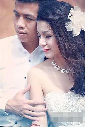 Đến tháng 1/2013, Mai Chi khiến người hâm mộ bất ngờ khi lên xe hoa với anh chàng biên tập viên Đài truyền hình Việt Nam Bùi Đức Tuấn.