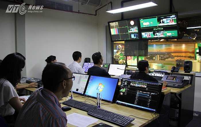 'Chào buổi tối' là một chương trình được phát sóng trực tiếp tại trường quay, với đội ngũ thực hiện chương trình lên tới 20 người làm việc liên tục trong suốt thời gian lên hình.