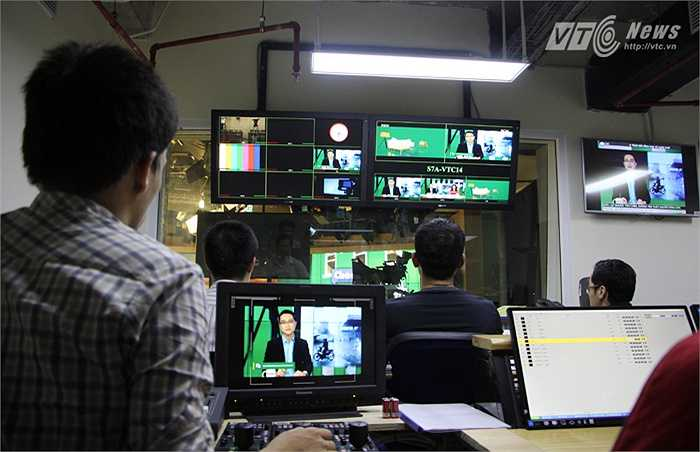 Tại khu vực hậu trường, vị trí 'chủ chốt' là đạo diễn chương trình còn có các vị trí quan trọng khác như trợ lý trường quay, trợ lý tổ chức sản xuất, kỹ thuật âm thanh, kỹ thuật ánh sáng, phụ trách video, phụ trách đồ họa...