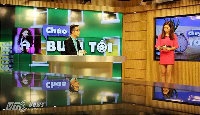 Trong chương trình 'Chào buổi tối', các MC thường cùng nhau bàn luận về các vấn đề được đề cập trong số phát sóng.