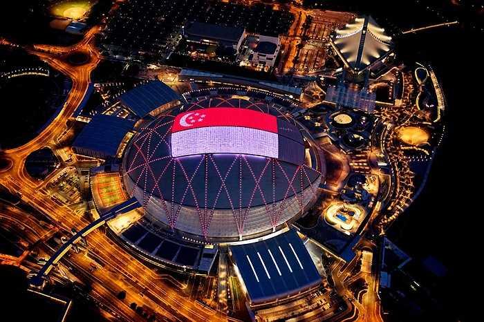 Một màm hình lớn trên mái sân vận động quốc gia Singapore chiếu hình quốc kỳ quốc đảo sư tử.