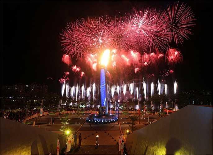 Và ngọn đuốc SEA Games 28 đã rực sáng. Ngày hội thể thao Đông Nam Á chính thức bắt đầu.