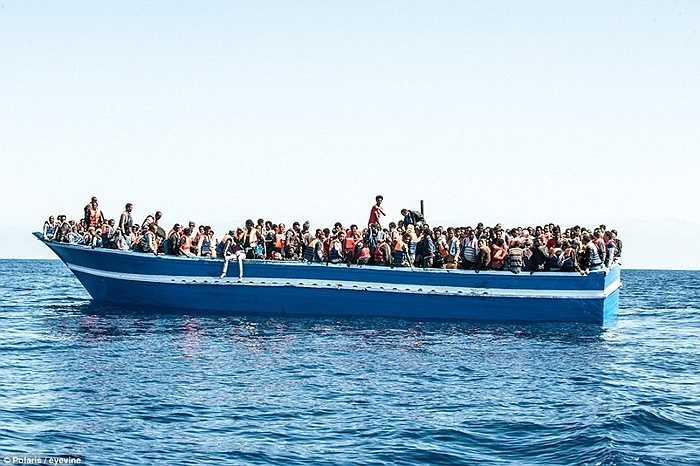 Hơn 1.000 người chen chúc trên chiếc thuyền gỗ ọp ẹp