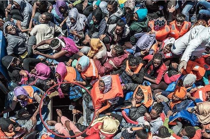 Hàng trăm người ngồi trên boong tàu trong khi vẫn có những người bị nhồi nhét bên dưới chiếc cửa hầm này