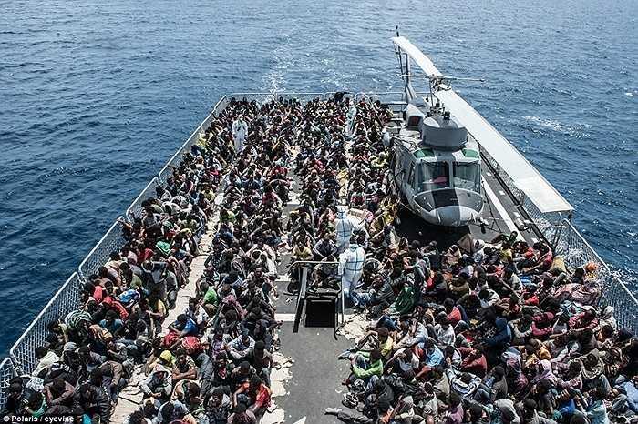 Thuyền nhân được đưa lên tàu hải quân Italia