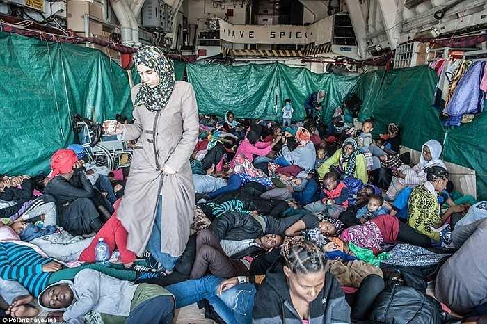 Người nhập cư chen chúc trong lòng tàu hải quân Italia