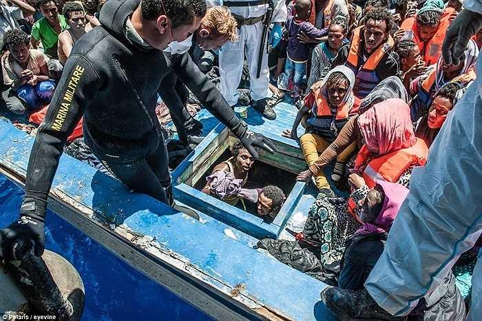 Lực lượng cứu hộ Italia tiếp cận chiếc tàu để giải phóng những người nhập cư