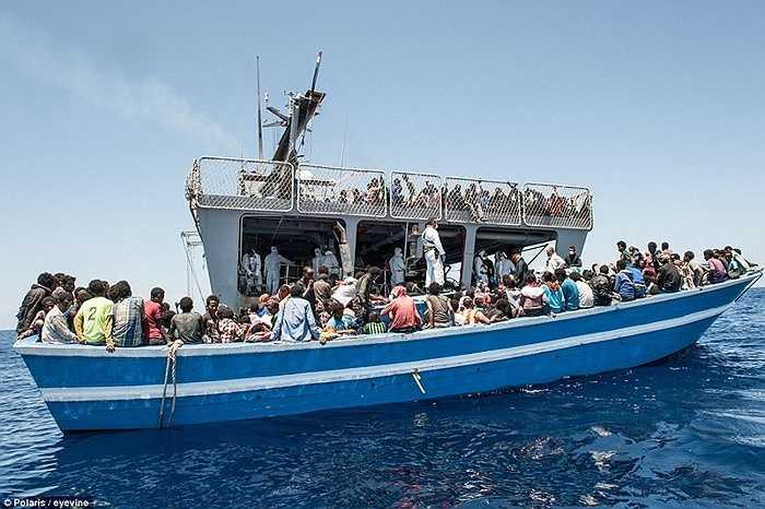 Thủy thủ Italia tiếp cận tàu gỗ của người nhập cư trái phép