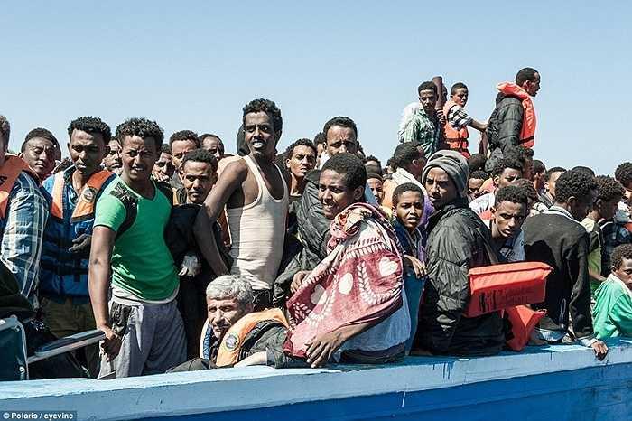Người nhập cư chờ đợi đến lượt được đưa lên tàu hải quân Italia