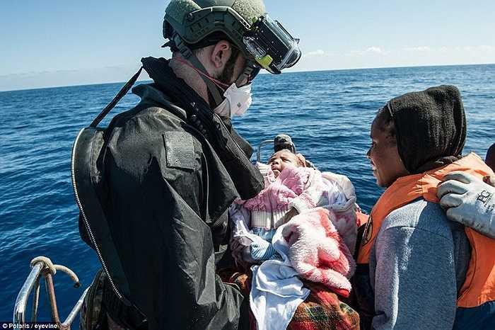 Một em bé được lực lượng hải quân Italia cứu giúp
