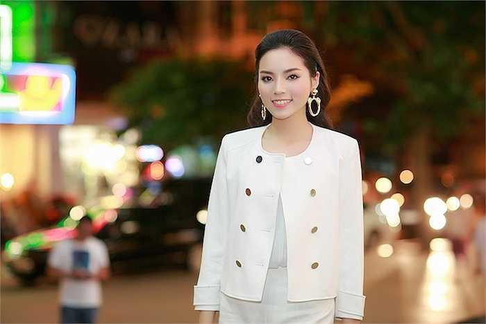 Hoa hậu Kỳ Duyên vừa xuất hiện tại 1 sự kiện tối qua tại Hà Nội.