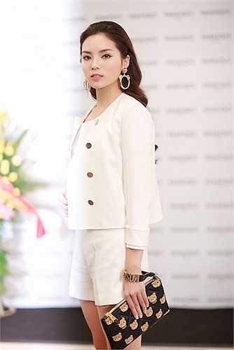 Cô được mọi người chú ý với phong cách đơn giản nhưng không kém phần quyến rũ.