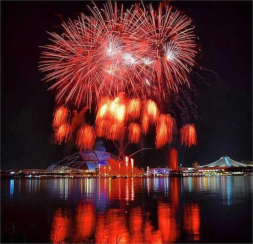Khu liên hợp thể thao Singapore Sports Hub với sân vận động trung tâm là điểm nhấn trong mà pháo hoa khai mạc SEA Games 28.