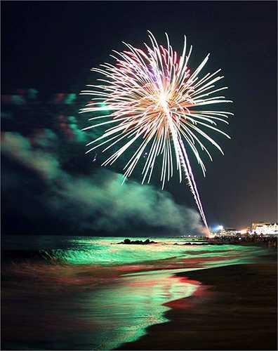Hình ảnh pháo hoa nhìn từ bờ biển.