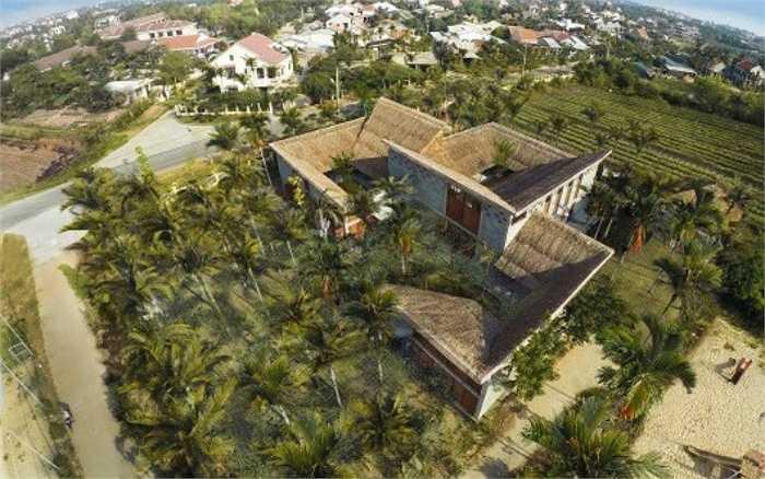 Phần lớn diện tích của mảnh đất 3000 m2 được dùng làm sân vườn, đảm bảo sự thoáng đãng cho không gian. Diện tích nhà là 550 m2.