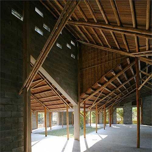 Trung tâm cộng đồng Cẩm Thanh lấy cảm hứng từ hình ảnh sân trong, mái dốc phố cổ, kết hợp vườn cau, giàn dây leo đặc trưng thôn quê.