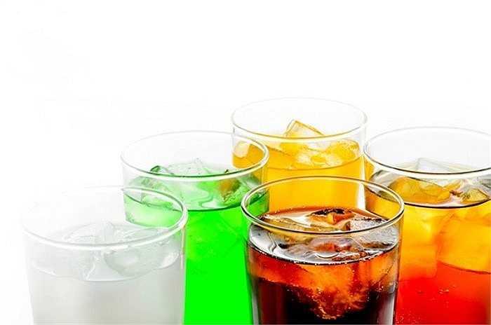 Uống nước có ga thay thế nước lọc: Loại thức uống này có khá nhiều hóa chất gây hại cho sức khỏe, khiến bạn hồi hộp, tim đập nhanh, đầy hơi, khó tiêu, khả năng hấp thụ dưỡng chất yếu đi.