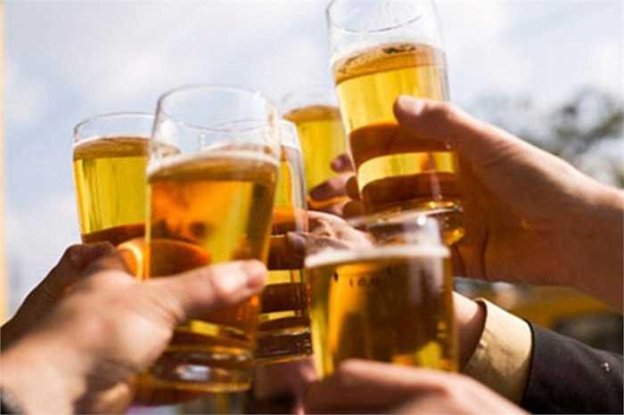 Uống bia giải khát: Uống bia có thể đem lại cảm giác mát mẻ, làm dịu cơn khát nhưng không có tác dụng giải nhiệt mà chỉ làm tăng thêm gánh nặng cho gan và cơ thể, làm cho cơ thể nóng hơn mà thôi.