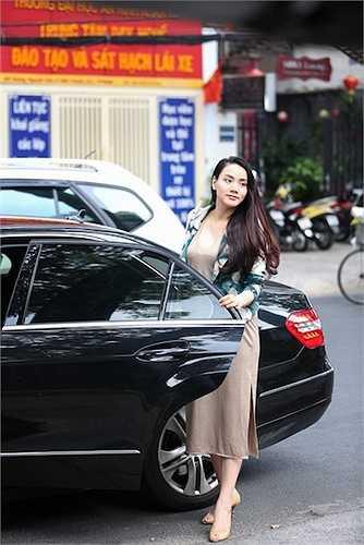Trang Nhung ăn mặc nhẹ nhàng nhưng lộ rõ vóc dáng chưa thon gọn như hồi chưa có bầu.