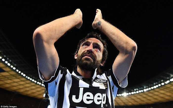 Pirlo rơi nước mắt trước ngưỡng cửa thiên đường. Quá khó để tiền vệ tài hoa này vô địch châu Âu như thời đỉnh cao cùng AC Milan