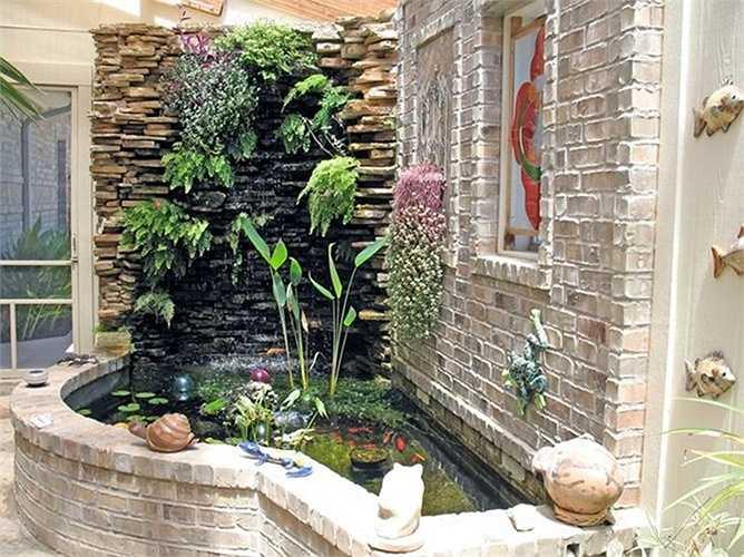 Trong phong thủy, quan niệm 'khí gặp thủy thì dừng, gặp phong thì tán', chính vì vậy một hồ nước nhỏ trong nhà giúp tăng khí lực dồi dào cho công trình cũng như gia chủ.