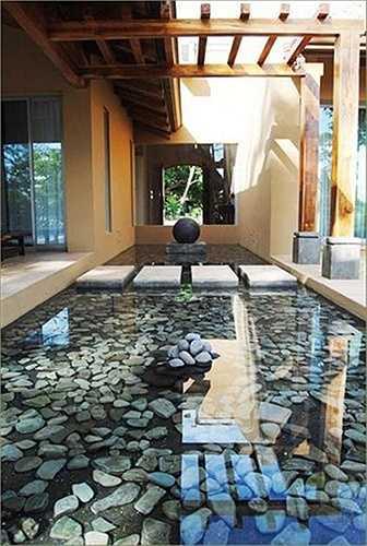 Chừa khoảng hiên bên cạnh nhà để làm hồ nước cũng là giải pháp thiết kế hữu hiệu. Khoảng lùi này giúp hạn chế ánh nắng và điều hòa cho nhà.
