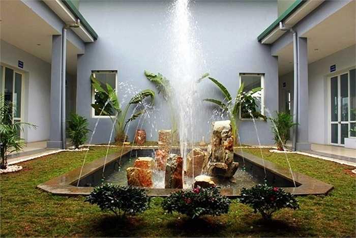 Khoảng vườn thông tầng sẽ thêm sinh động, mát rượi ngày hè nếu có hồ nước chảy róc rách.