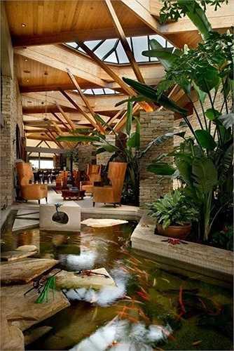 Không ít gia chủ thiết kế hồ nước nhỏ trong nhà vì phù hợp với bản mệnh, nhằm mong mang lại vượng phí cho ngôi nhà.