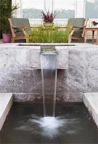 Hồ nước nhỏ ở phòng khách giúp điều hòa, làm mát không khí trong ngày hè nắng nóng.