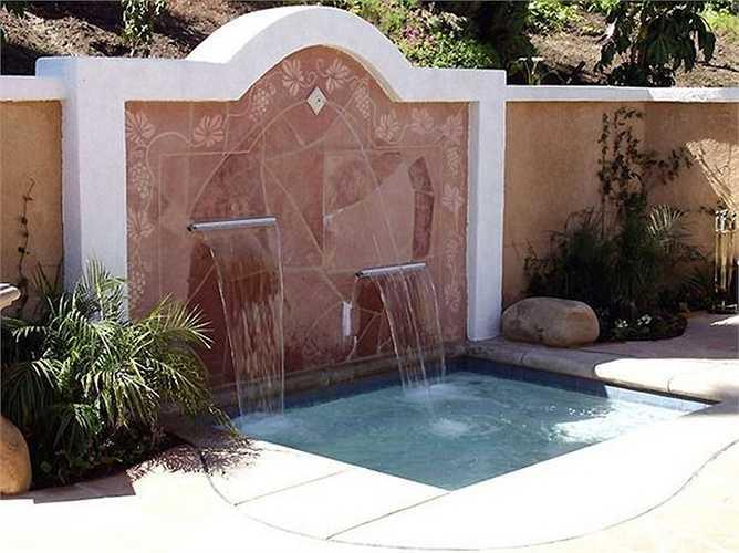 Phía trước nhà có hồ nước hoặc đài phun nước, thường được ví như 'tụ thủy trước nhà', dụng ý sẽ quy tụ nhiều phúc khí cho gia chủ.