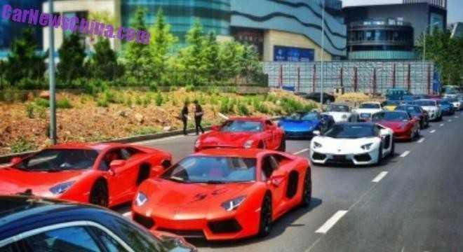 Dàn siêu xe với những model nổi bật như Mercedes-Benz SLS AMG màu đỏ, Lamborghini Gallardo Spyder màu xanh, Ferrari 458 màu đỏ, Porsche 911 màu trắng, Audi R8 trắng, vài chiếc Bentley và số ít xe Porsche phía sau.