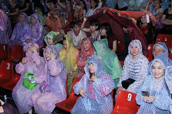 Hơn 3000 khán giả đội mưa ở lại với thần tượng mình