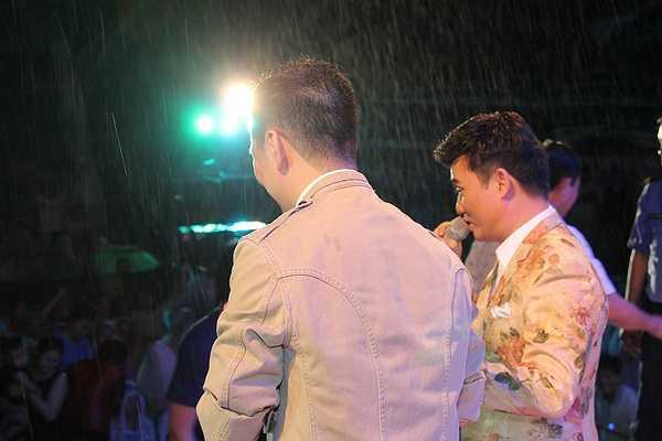 Mr Đàm cùng với Quang Linh song ca ca khúc Thao thức vì em