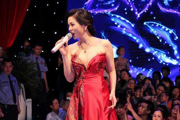 Cô cũng ở lại sân khấu để trình bày thêm những ca khúc theo yêu cầu và song ca cùng Thái Châu ca khúc trong album Khúc tình xưa 3 - Đêm tâm sự
