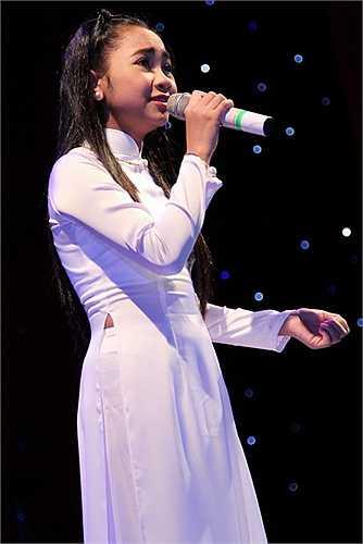 Giọng ca nhí Thiên Nhâm lần đầu thể hiện 2 nhạc phẩm: Người đi ngoài phố và Mưa đêm tình nhỏ tại sân khấu lớn.