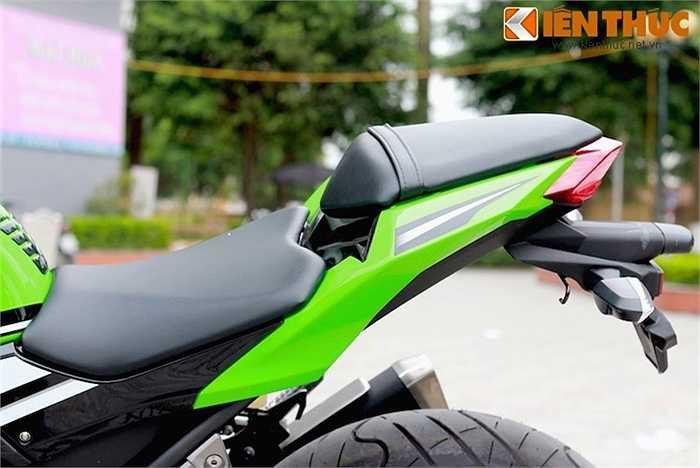 Giống những mẫu sportbike khác, yên xe được thiết kế 2 tầng, với yên cho người ngồi sau là một miếng đệm nhỏ nằm trên phần đuôi 'vuốt' sắc nhọn.