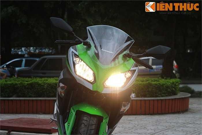 Kawasaki Ninja 300 phiên bản kỷ niệm sử dụng đèn pha kép, đem tới độ sáng cao và vẻ ngoài thể thao, cân đối.