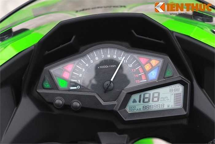 Mặt đồng hồ của Ninja 300 có báo tua chiếm phần lớn diện tích, cùng với màn hình hiển thị đa thông tin nằm ở một góc.