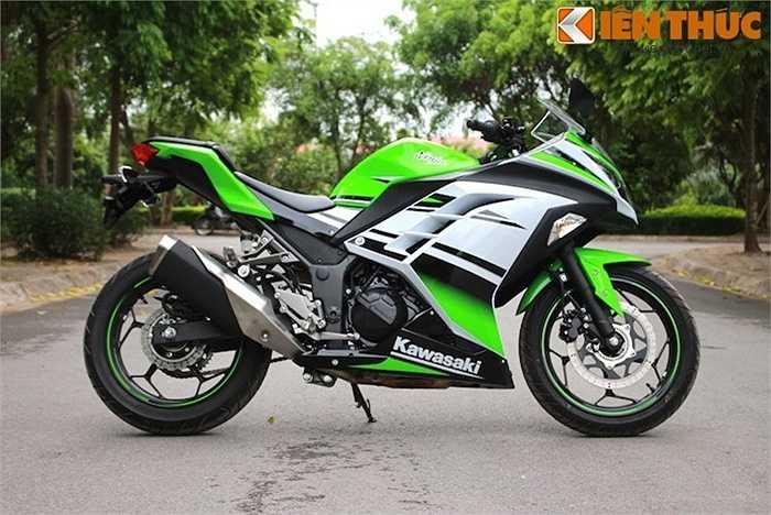 Kawasaki Ninja 300 trông khá cân đối và thể thao khi nhìn từ hai bên, và 'lành' hơn hẳn Yamaha R25 hay KTM RC390.