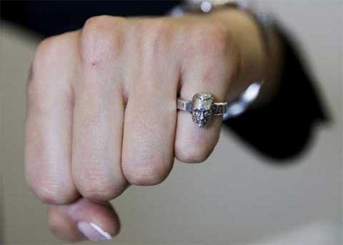 Một người dân khoe chiếc nhẫn in hình Tổng thống Putin tại một cuộc thi thời trang ở Moscow.