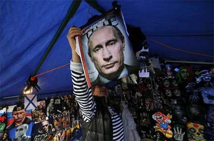 Áo phông in hình Tổng thống Putin được bày bán tại một cửa hàng ven đường ở trung tâm thành phố St. Petersburg.