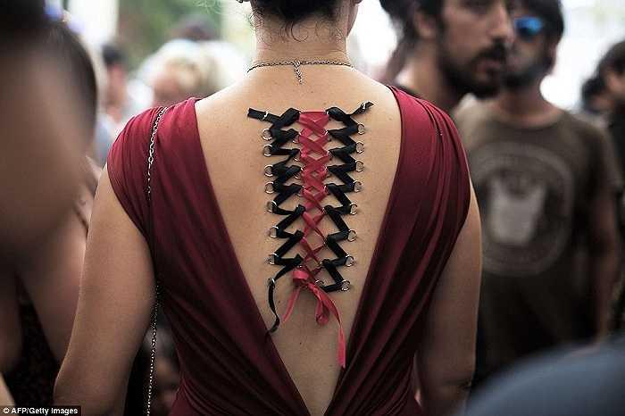 Người phụ nữ này có chiếc 'dây áo' đặc biệt