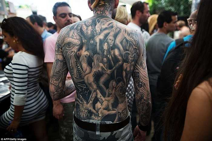 Người đàn ông phô diễn hình xăm các cô gái khỏa thân đầy khiêu khích trên lưng